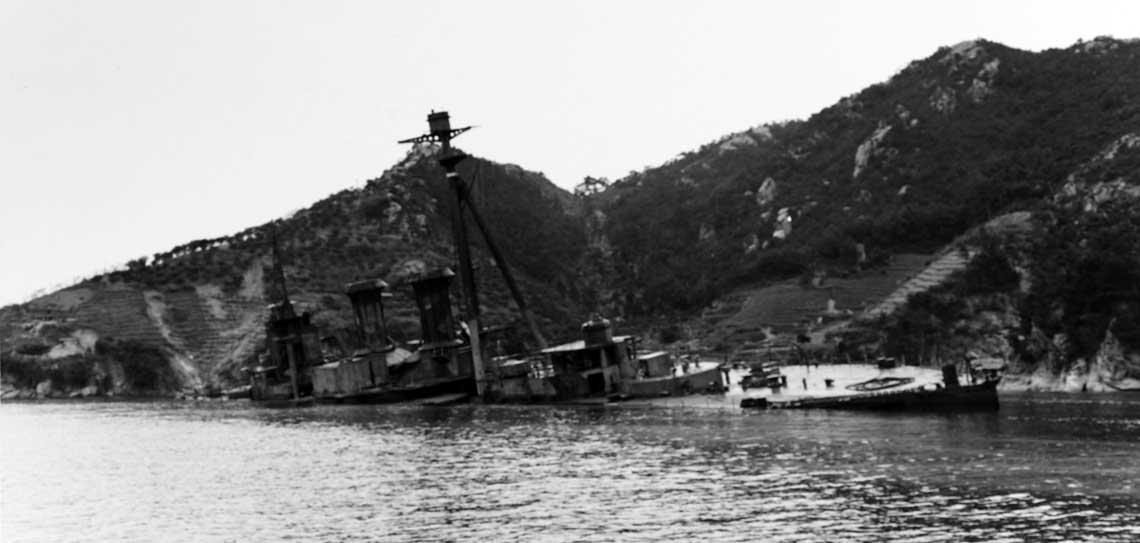 Eks-pancernik Settsu, osadzony na dnie w małej zatoce przy północnym końcu Eta Jima.