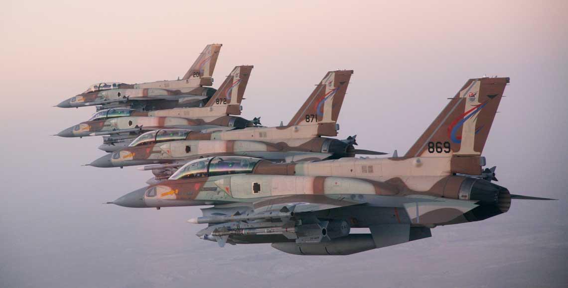 """Formacja myśliwców wielozadaniowych F-16I Sufa, należących do 201. tajeset, stacjonującego w bazie Ramon na pustyni Negew. Wszystkie maszyny są uzbrojone w kierowane pociski rakietowe """"powietrze-powietrze"""" Python 4, AIM-120 AMRAAM inaprowdzane laserowo bomby GBU-10 Paveway II, które uzupełniają: zasobnik nawigacyjny AN/AAQ-13 LANTIRN, zasobnik celowniczy Rafael Litening II i trzy dodatkowe zbiorniki paliwa."""