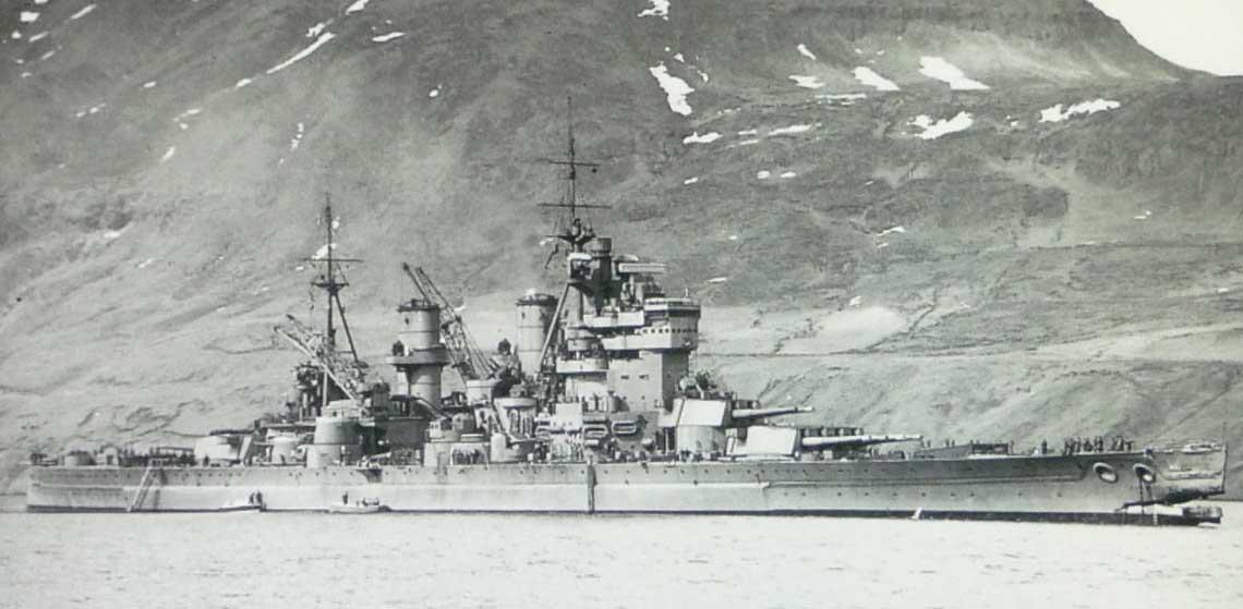 Od Duchess do LCT-427. 1 maja 1942 r., Seydisfiord (Islandia). To zdjęcie brytyjskiego pancernika King George V zostało wykonane krótko po tym, jak staranował on niszczyciel Punjabi.