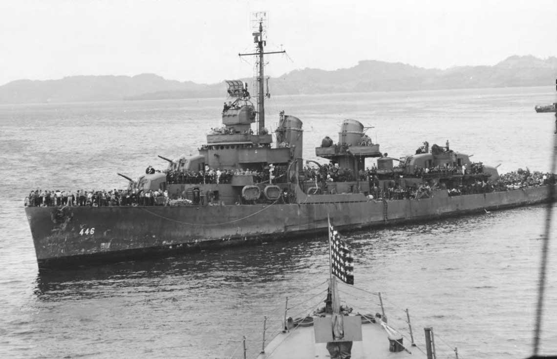 Niszczyciel Radford z rozbitkami z Heleny na pokładzie w pobliżu Tulagi. Fot. NHHC