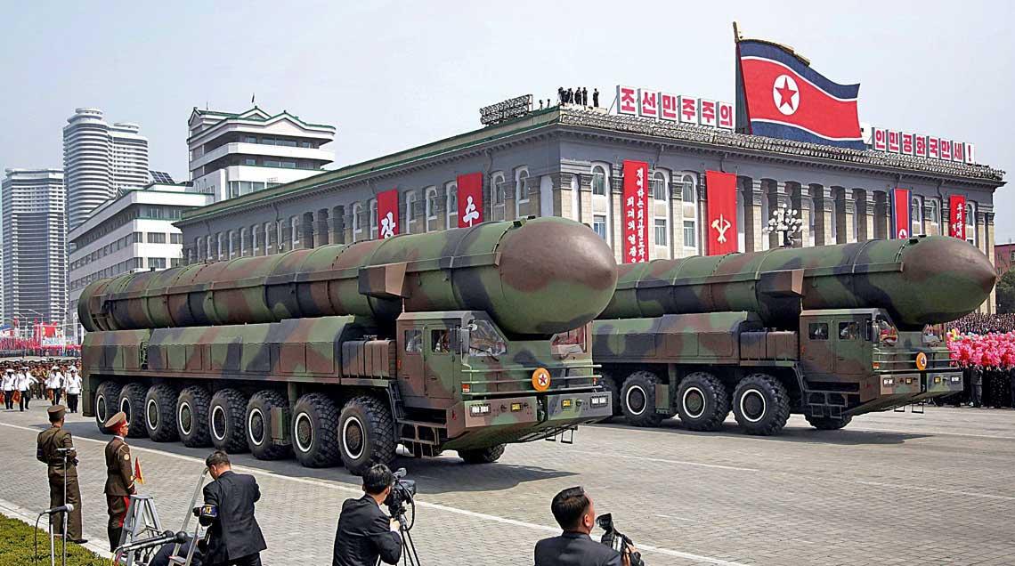 Dwie wyrzutnie nowego północnokoreańskiego systemu rakietowego dalekiego zasięgu na chińsko-białoruskim nośniku WS-51200