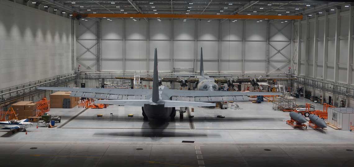 Objętość hangaru obsługowego w Wojskowych Zakładach Lotniczych nr 2 S.A. w Bydgoszczy umożliwia jednoczesne prace przy dwóch średnich  samolotach transportowych C-130E Hercules. Fot. Łukasz Pacholski