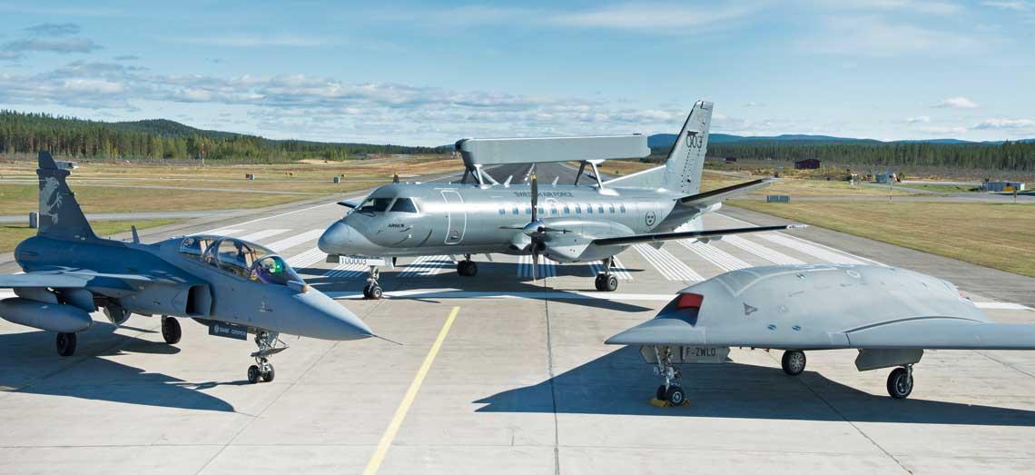 Trzy samoloty skonstruowane i zbudowane w firmie Saab (od lewej): demonstrator myśliwca nowej generacji Gripen Demo, samolot wczesnego wykrywania i ostrzegania S 100D Argus idemonstrator bojowego bezzałogowego statku powietrznego Neuron.