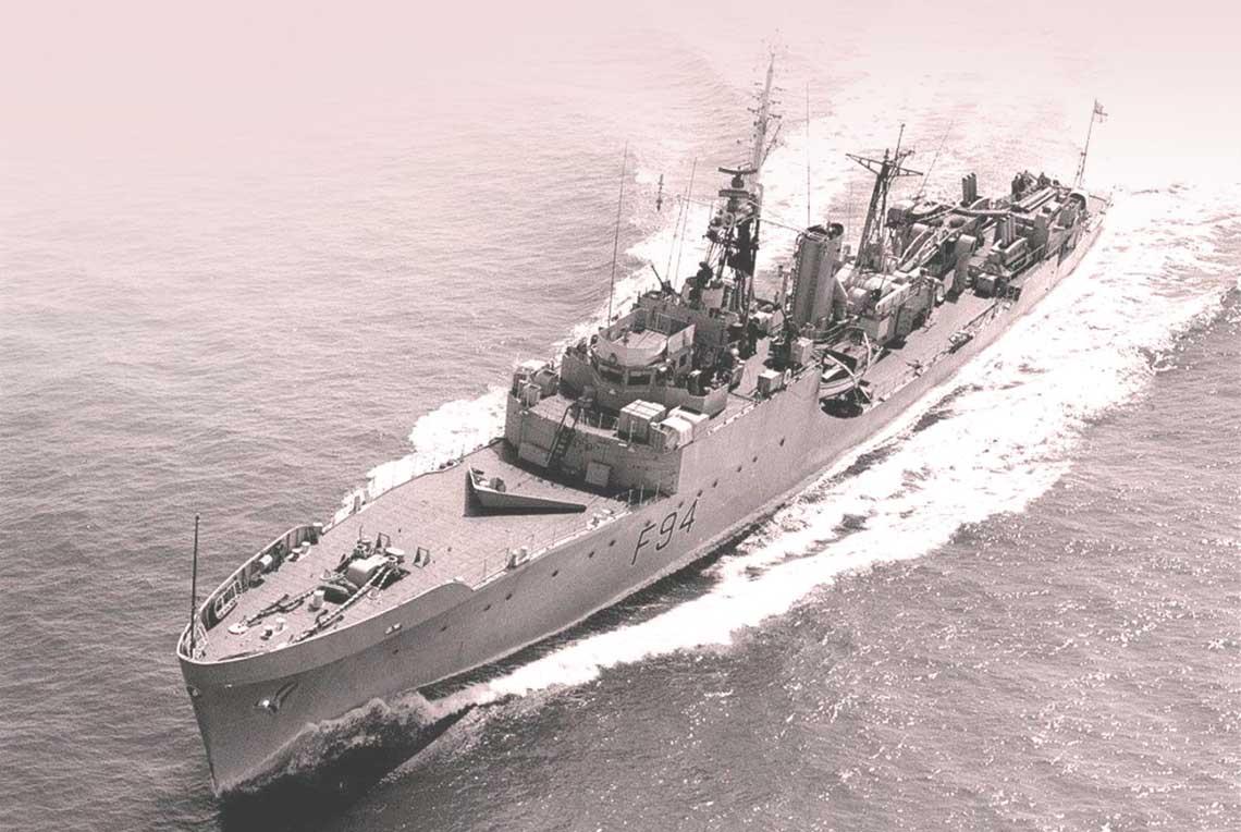 Brytyjskie fregaty zimnej wojny. Palliser w dynamicznym zwrocie. Pokład dziobowy bez uzbrojenia, to nietypowy widok na fregacie. Fot. Royal Navy/Crown Copyright