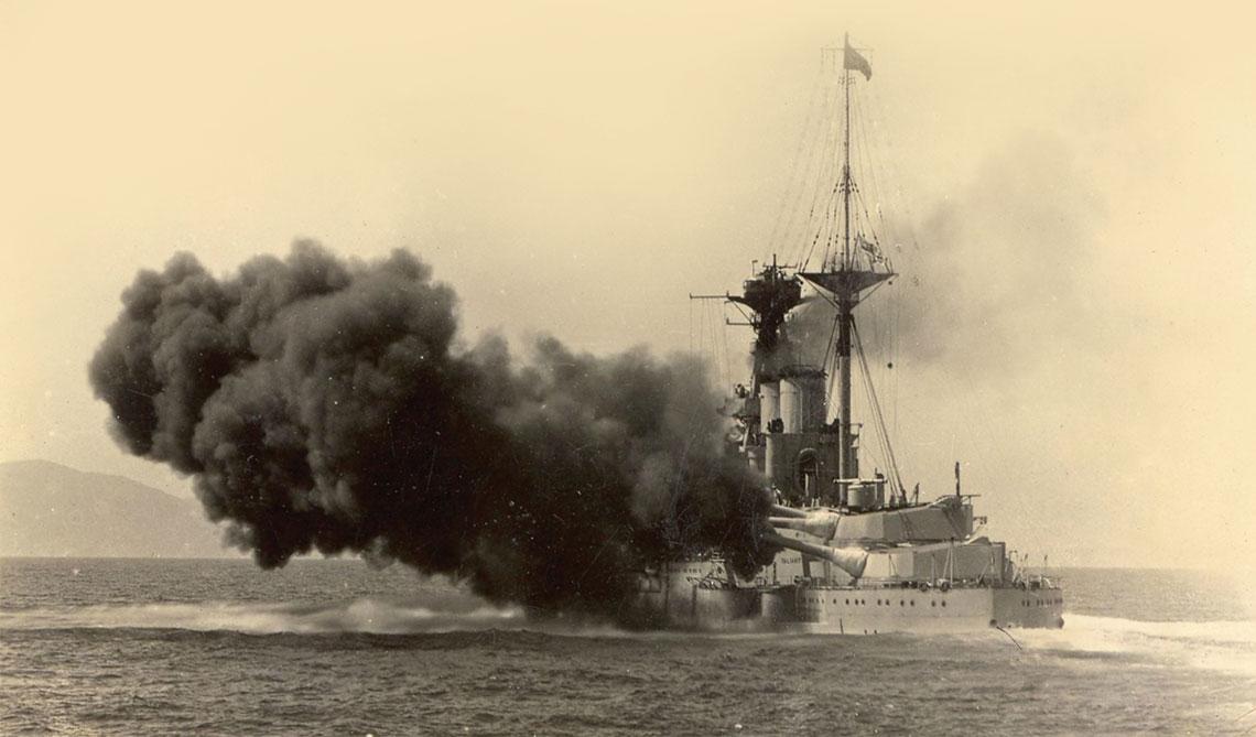 Początki pancerników typu Queen Elizabeth. Salwa burtowa artylerii głównej Vallianta. Zaślepione miejsca otworów kazamat zdra- dzają jak nisko nad powierzchnią wody miały się znajdować rufowe armaty kal. 152 mm. Fot. tsushima.su