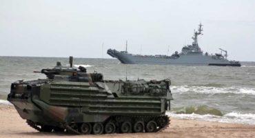 Transporter AAV-7 desantuje w Wicku, za nim polski okręt transportowo-minowy proj. 767.
