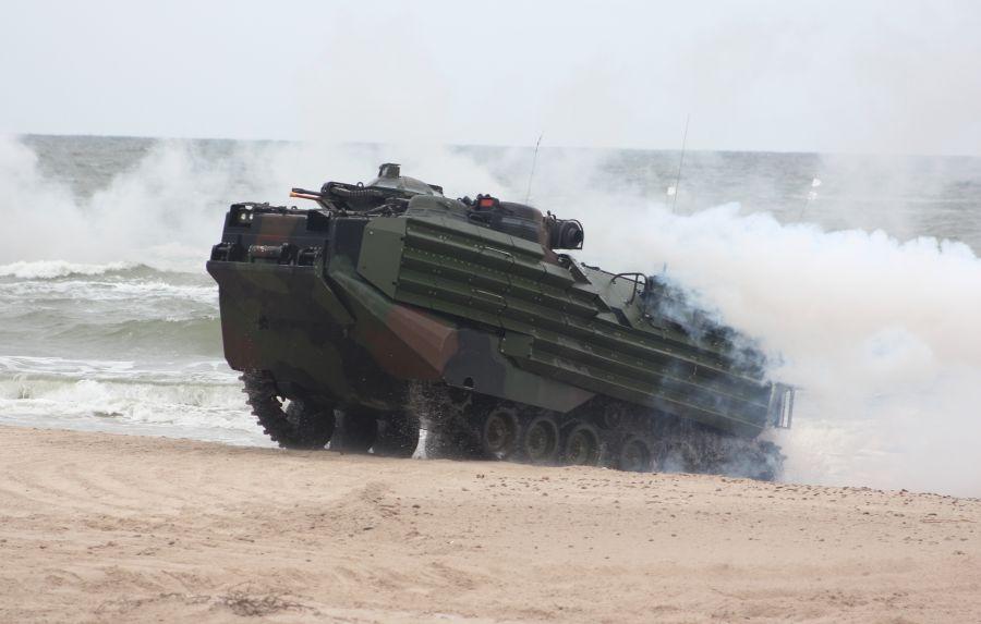 AAV-7 wychodzi na brzeg