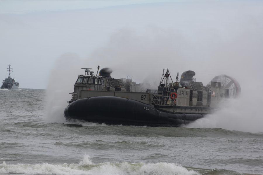 Poduszkowiec LCAC z symbolicznym ładunkiem na morzu…
