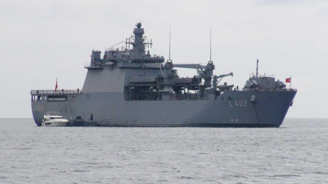 Bayraktar w Bosforze w trakcie pokazu na targach IDEF 2017. Uwagę zwraca barka LCVP zacumowana do prawej burty. Ogólny układ konstrukcyjny okrętu przypomina koncepcyjnie sowieckie i rosyjskie jednostki projektów 1174 Nosorog i 11711.