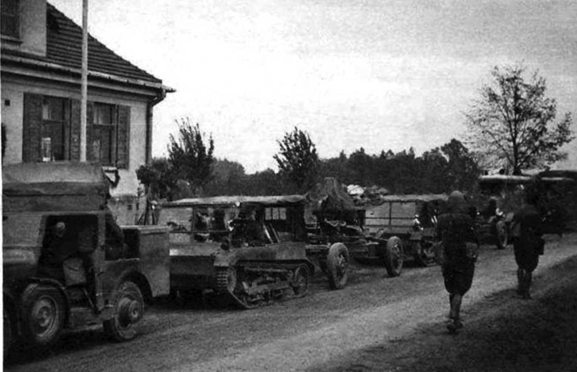 Kolumna baterii armat przeciwlotniczych 40 mm wtrakcie przemarszu; rejon Zaolzia, 1938 r. Fot. Krzysztof Neścior