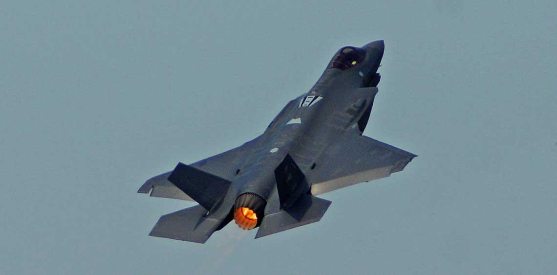 Niewątpliwie jedna z największych gwiazd tegorocznego salonu, czyli Lockheed Martin F-35A LightningII. W codziennych pokazach pilot fabryczny prezentował w powietrzu wiązankę akrobacji nieosiągalnych dla samolotów 4.generacji, mimo ograniczenia przeciążeń do 7 g.