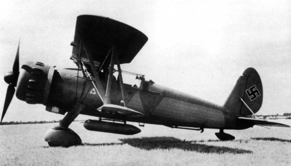 Lotniskowiec Graf Zeppelin i jego samoloty pokładowe. Prototyp Ar 197 V3 po przemalowaniu.