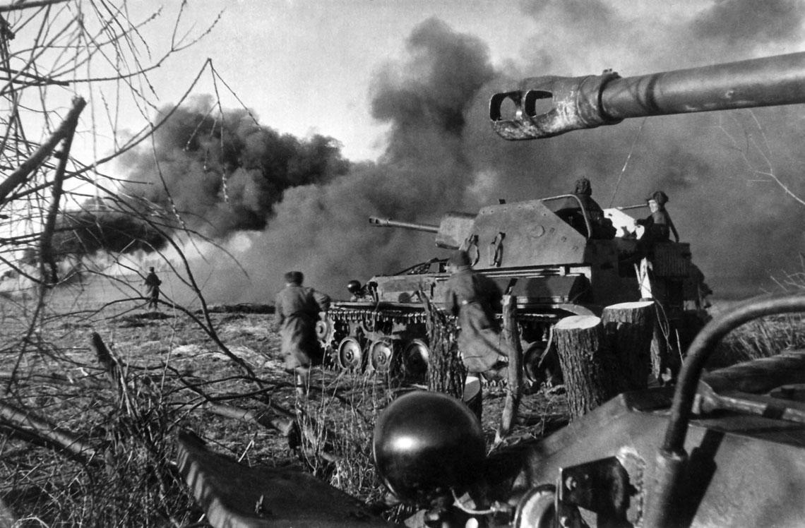 Bitwa o Prusy Wschodnie w 1945 r. cz.2. Sowiecka piechota przy wsparciu dział samobieżnych SU-76 atakuje niemieckie pozycje w rejonie Królewca.