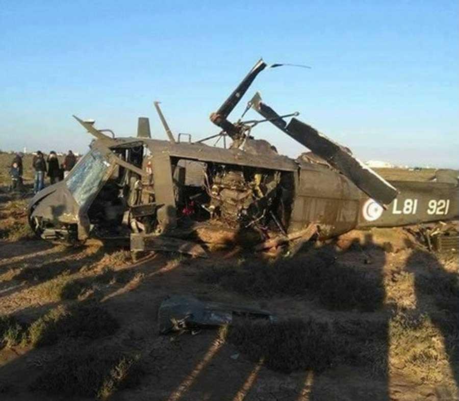 Wielozadaniowy śmigłowiec transportowy Bell UH-1H Huey należący do sił zbrojnych Tunezji – maszyna została rozbita w czasie manewru lądowania.