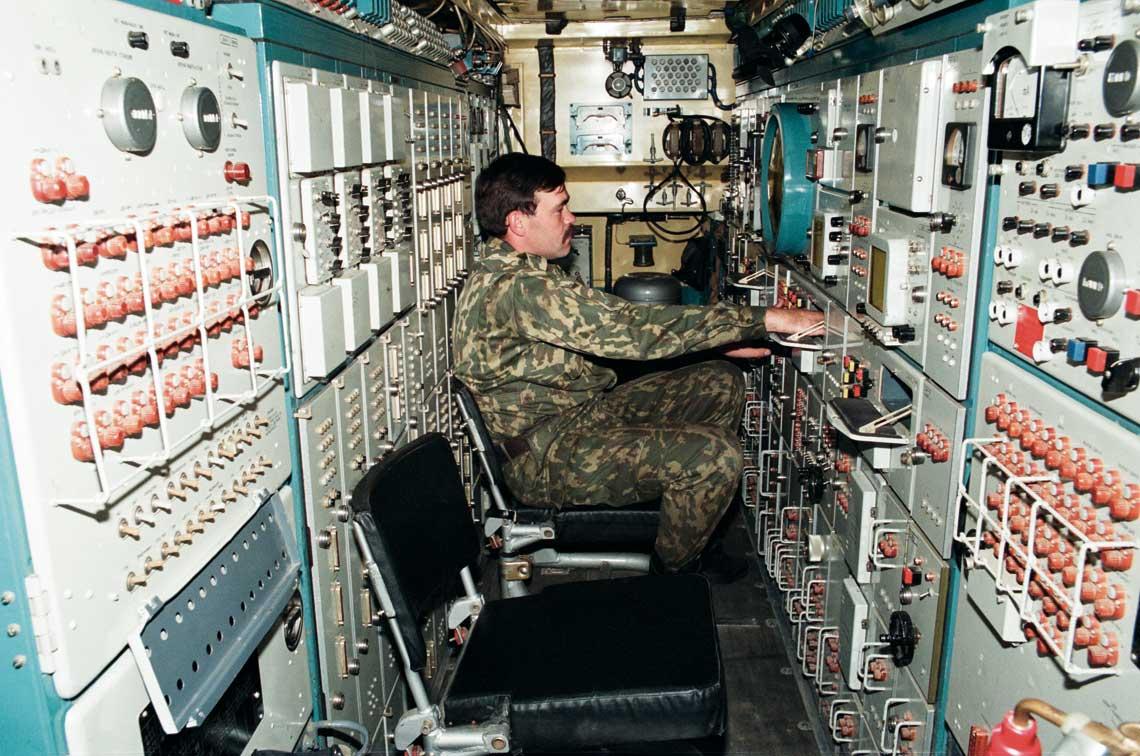 Wnętrze stacji radiolokacyjnej śledzenia i naprowadzania 9S32.