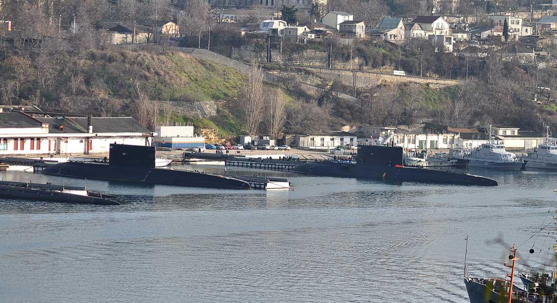 Zatoka Południowa wSewastopolu. Na pierwszym planie okręty podwodne Noworossijsk iRostow na Donu, za nimi dwa kutry przeciwdywersyjne typu Graczonok.
