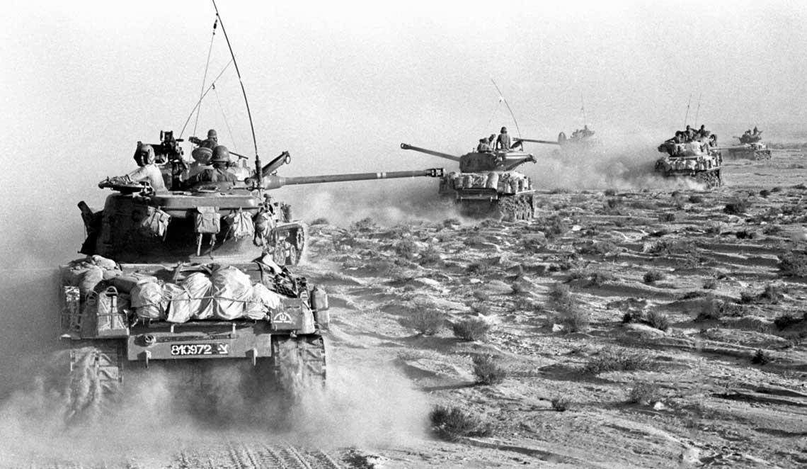 Wojna Sześciodniowa była błyskawiczna, pełna manewrów i dalekich rajdów – sześć bardzo krwawych dni. Nazdjęciu: czołgi Sherman w marszu przez pustynię. Izrael używał ich w wersjach Super Sherman z francuską długolufową armatą 75 mm i ISherman z armatą 105 mm.