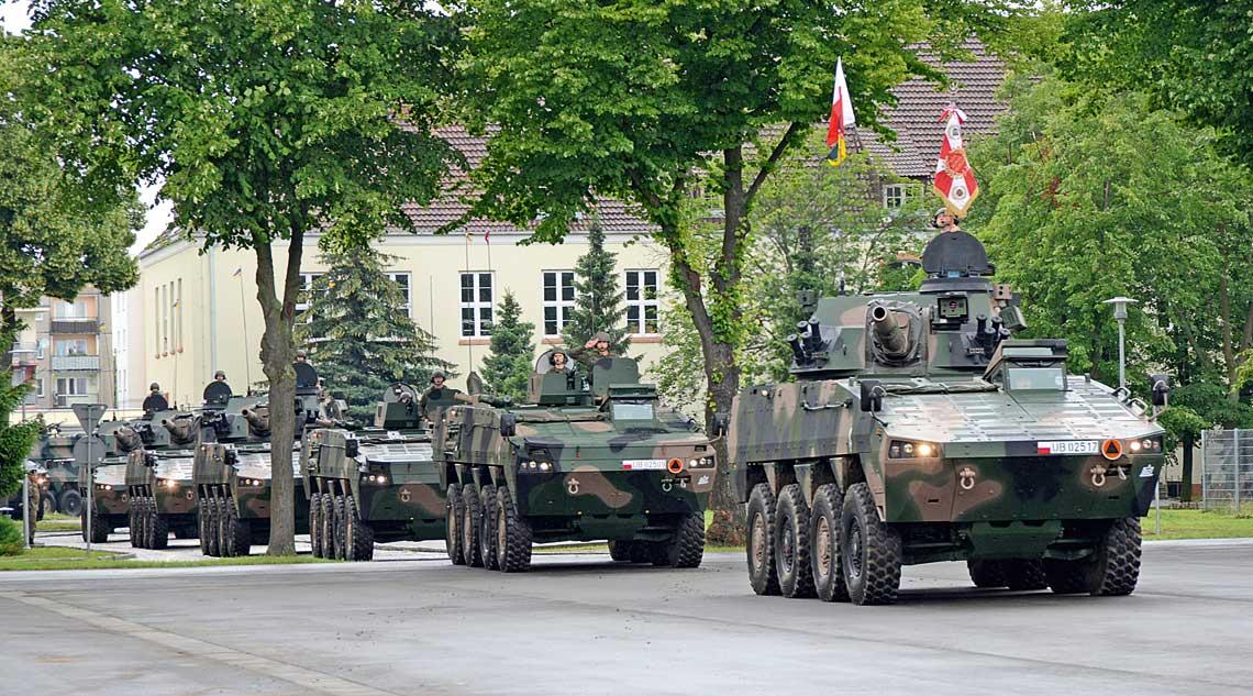 Przed zgromadzonymi na uroczystości w Międzyrzeczu 30 czerwca defiluje kompania wsparcia 1. batalionu piechoty zmotoryzowanej Ziemi Rzeszowskiej 17. Wielkopolskiej Brygady Zmechanizowanej.