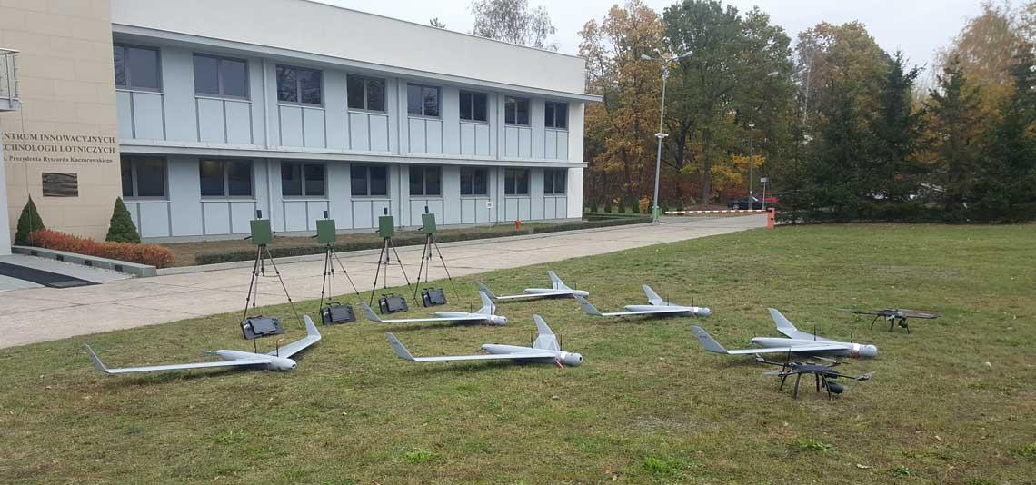 """""""Eskadra"""" bezzałogowych systemów powietrznych NeoX w trakcie przekazania do Wyższej Szkoły Oficerskiej Sił Powietrznych. Fot. ITWL"""