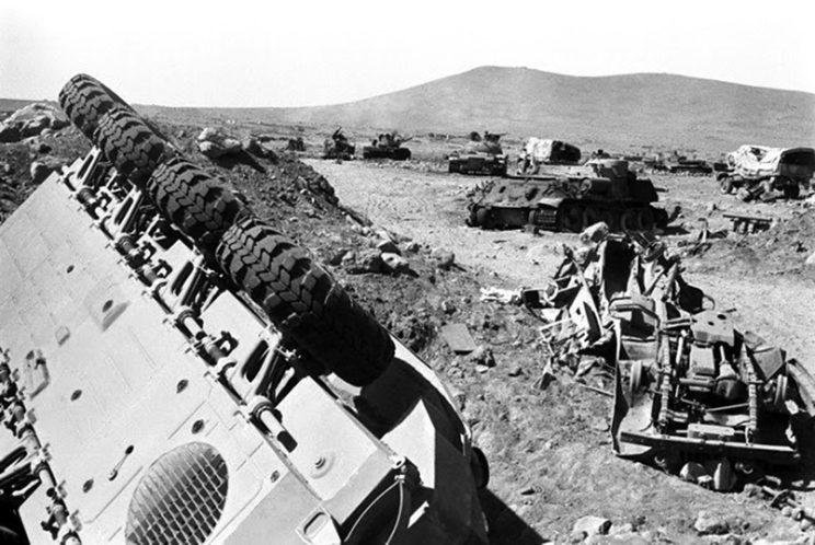 Wojna Sześciodniowa 1967. Naser przyznał później, że armia egipska straciła na Synaju 80 procent swojego sprzętu, łącznie z 800 czołgami i działami pancernymi, z których 300 – w pełni sprawnych – dostało się w ręce Izraelczyków.