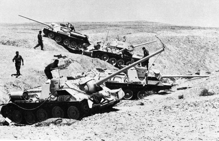 Wojna Sześciodniowa 1967. Wojska pancerne państw arabskich dysponowały łącznie 2338 czołgami i działami pancernymi, w tym: Egipt – 1300 (500 T-34/85, 500 T-54, T-55, 150 IS-3, 150 SU-100), Jordania – 288 (160 M47 Patton, 104 Centurion, 24 Charioteer), Syria – 750 (T-34/85, T-54, T-55, SU-100).