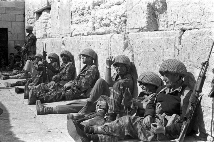 Wojna Sześciodniowa 1967. Zdobycie Starego Miasta w Jerozolimie miało zasadnicze znaczenie psychologiczne. Dzięki temu zakończyła się konsolidacja państwa Izrael, w którego granicach znalazło się najważniejsze sanktuarium żydowskie.