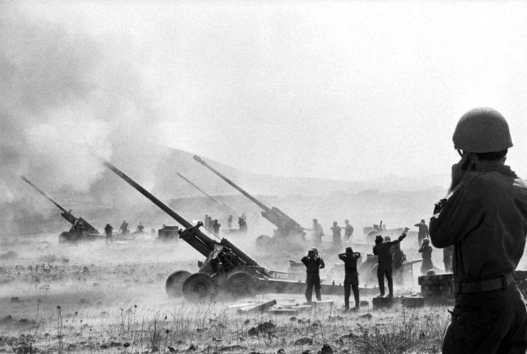 Początkowo Izrael zajął na froncie syryjskim pozycje obronne, ograniczając się do nękania przeciwnika ogniem artyleryjskim. Na zdjęciu: izraelskie 155 mm haubice w akcji.
