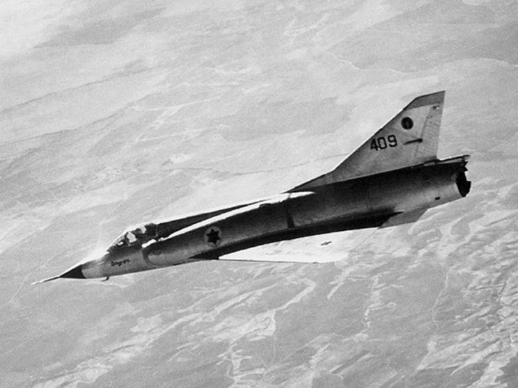 """Wojna Sześciodniowa 1967. Lotnictwo myśliwskie Izraela dysponowało samolotami Mirage IIICJ (na zdjęciu) oraz Super Mystere. Oba typy były dostosowane do wykonywania uderzeń na cele naziemne, co wykorzystano w operacji """"Moked""""."""