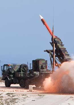 Odpalenie przeciwlotniczego i przeciwrakietowego pocisku GEM-T (Guidance Enhanced Missile – Tactical Balistic Missile). Pocisk niszczy cel ładunkiem odłamkowym, uruchamianym zapalnikiem zbliżeniowym. Fot. US Army