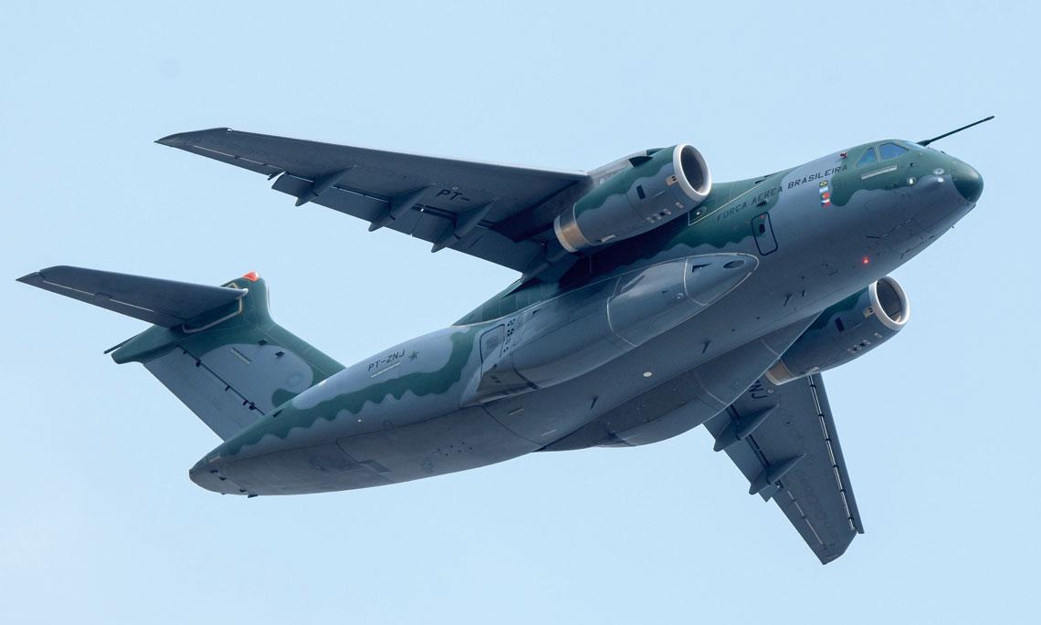 Embraer promując KC-390 szczególną uwagę zwraca na wysoką prędkość samolotu dzięki użyciu silników odrzutowych i skośnego skrzydła,  skrócony start i lądowanie z lotnisk przygodnych dzięki przystosowanemu do tego podwoziu i silnikom,  bezpieczeństwo i niewielkie obciążenie załogi oraz niski koszt cyklu życiowego.
