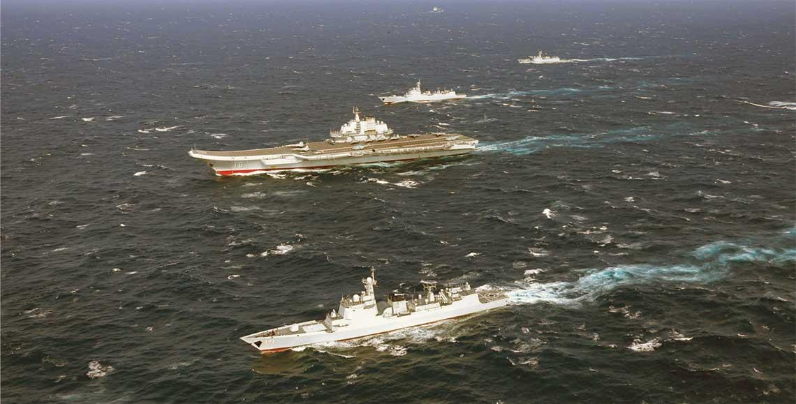 Lotniskowiec Liaoning wraz z okrętami eskorty – dwoma niszczycielami typu 052C i fregatą typu 054A – w trakcie szkolenia na Morzu Południowochińskim. Liaoning to nieukończona sowiecka Riga proj. 11436. Fot. MO ChRL