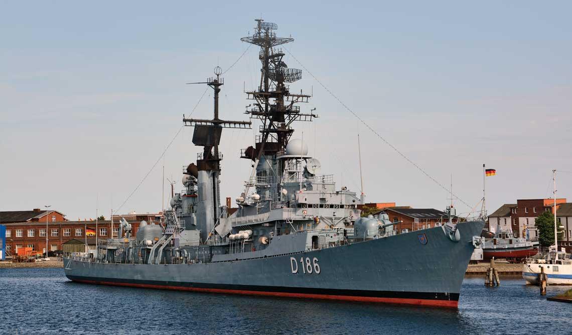 Mölders na tle muzeum widziany z mostu Cesarza Wilhelma. Uważny obserwator zwróci uwagę na brak łodzi, potrójnych wyrzutni Mk 32 dla torped ZOP i wyrzutni systemu RAM.