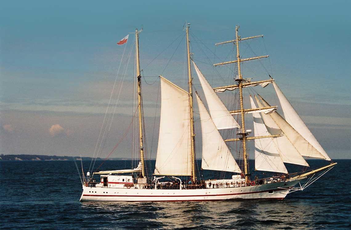 ORP Iskra na Zatoce Gdańskiej podczas jednego z ostatnich wyjść w morze przed rejsem dookoła świata, kwiecień 1995 r. Fot. Robert Rochowicz