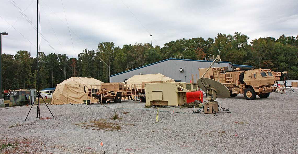 Prototypowe stanowisko EOC IBCS podczas pokazu, który odbył się na przełomie października i listopada 2013r. w garnizonie Redstone Arsenal w Alabamie. IFCN jest