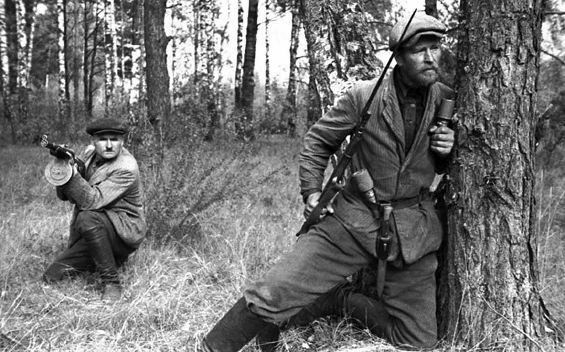 """Sowieccy partyzanci byli największym problemem ,,Republiki Łokockiej"""" przez cały okres jej funkcjonowania, mimo że jej zbrojne ramię – początkowo tzw. ,,milicja ludowa"""", a następnie RONA – wyjątkowo dobrze radziło sobie w walce z partyzantami."""