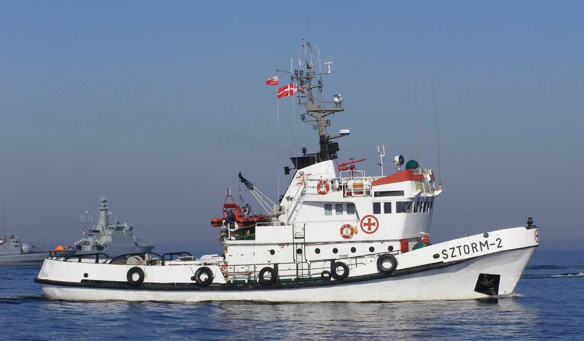 """Sztorm-2, ostatni ze zbudowanych statków ratowniczych projektu R-27. Jako ostatni z nich także zakończył służbę. Na zdjęciu w trakcie ćwiczeń """"Baltic SAREX 2007"""" koło Bornholmu. Fot. Witold Kotliński"""