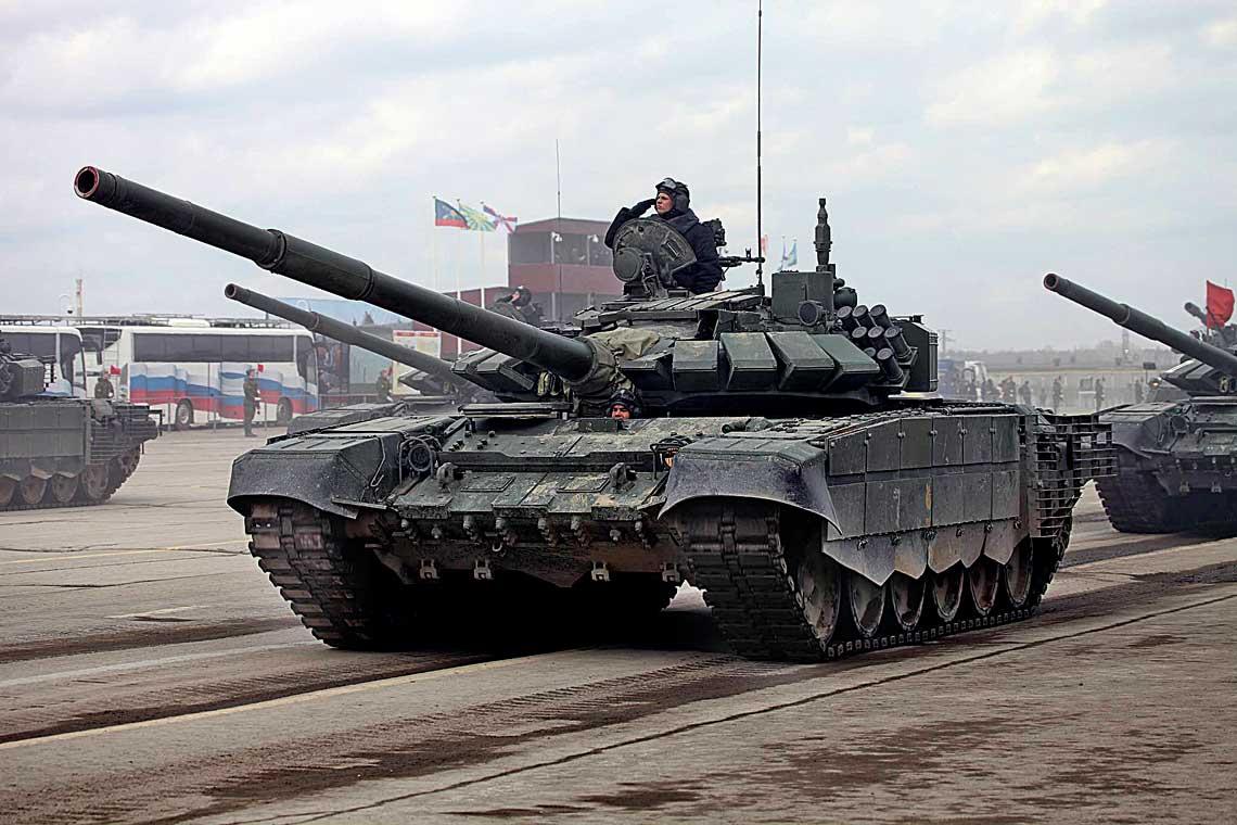 Czołgi podstawowe T-72B3 model 2016 (T-72B3M) podczas zgrupowania przygotowującego do majowej defilady w Moskwie. Zwracają uwagę nowe elementy opancerzenia na bocznych osłonach kadłuba i układu jezdnego, a także ekrany listwowe chroniące przedział napędowy.