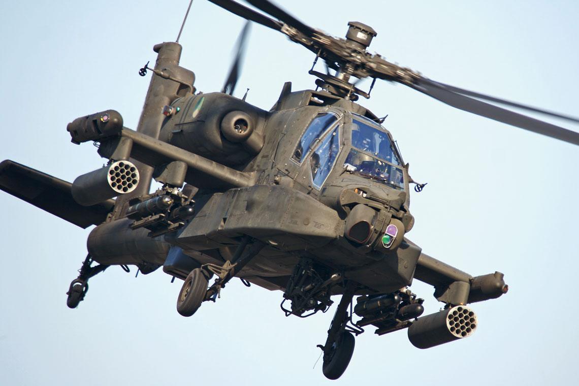 Kiedy nieprzyjaciel zobaczy śmigłowiec bojowy Apache, najczęściej jest już zbyt późno, by się ukryć lub uciec.  Fot. Mike Schoenmaker/ Niels Hoogenboom