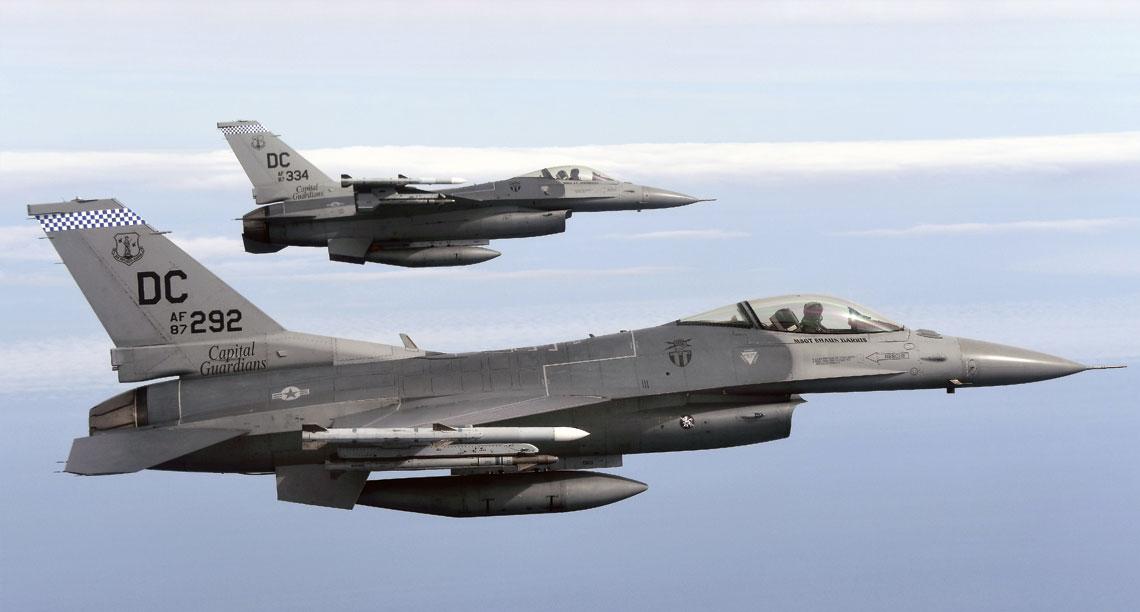 """121st Fighter Squadron samoloty myśliwskie F-16 otrzymał w 1989 r.  Początkowo jednostka była wyposażona w F-16 Block 5 i 10, obecnie ma  F-16 Block 30. Na zdjęciu: formacja """"szesnastek"""" z bazy Andrews  nad Oceanem Atlantyckim w czasie lotu szkolnego."""