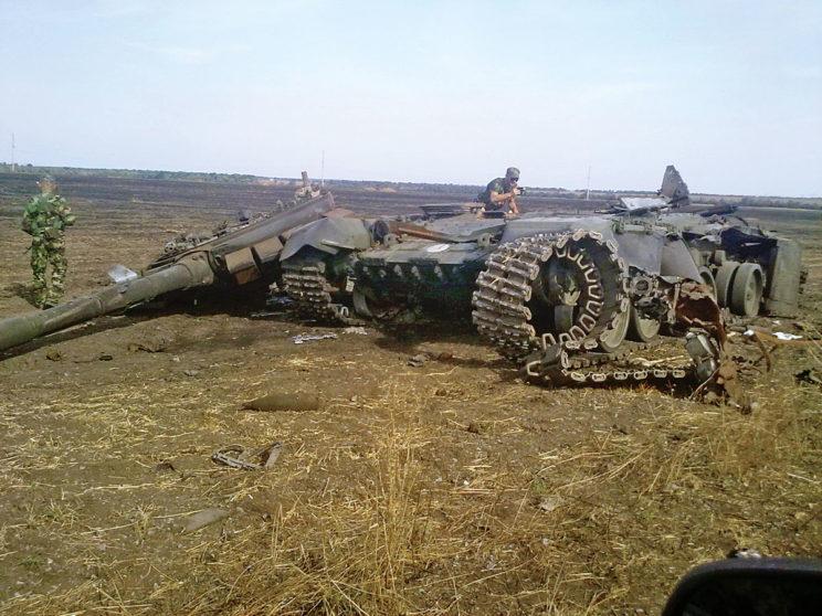 T-72B3 zniszczony wrejonie Nowodworskie. Widoczny znak 6.Brygady Pancernej – biały okrąg.