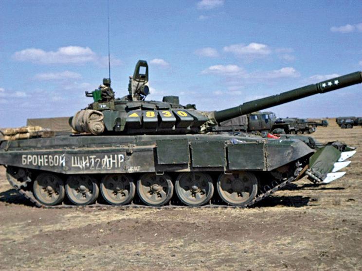 """T-72B3 """"830"""" z200.BZ znapisem """"Broniewoj szczit ŁNR"""". Widoczny żółty trójkącik – znak jednostki obowiązujący wtrakcie interwencji."""