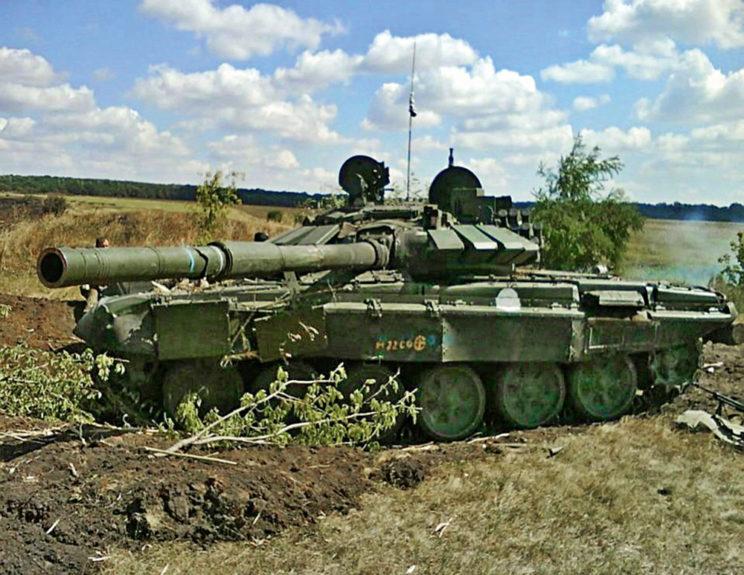 Uszkodzony przez żołnierzy Donbasu T-72B3 z6.Brygady Pancernej zMulino (29sierpnia 2014 r., Czerwonosielskie). Brak znaków taktycznych, ale widoczne białe koło – znak brygady obowiązujący wokresie interwencji.