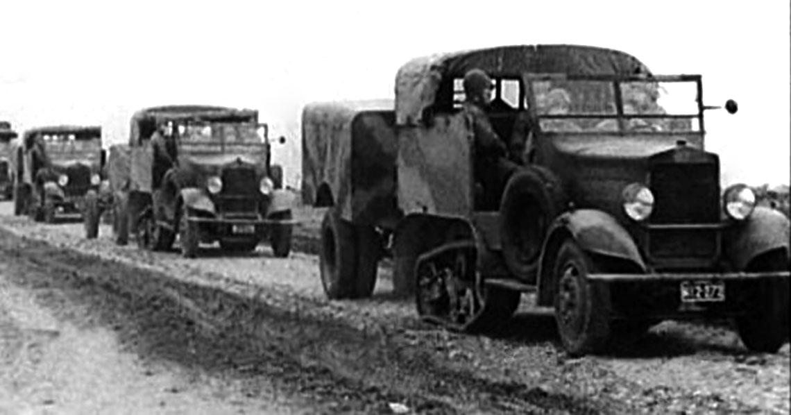 Bateria armat 75 mm St w marszu w czasie pokazów wWarszawie. Na pierwszym planie ciągnik przyczepy-jaszcza produkcji zakładów Zieleniewskiego.