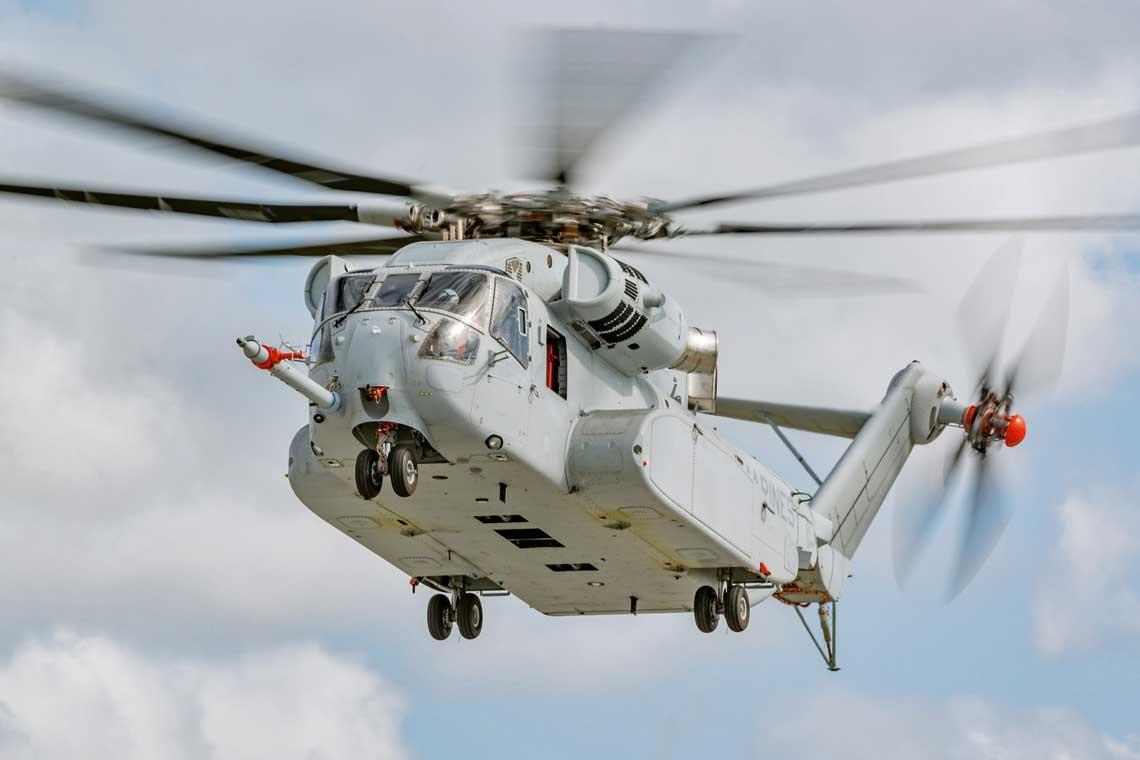 26 kwietnia 2016 r. CH-53K po raz pierwszy podniósł w powietrze ładunek podwieszony na linach, który ważył 5443 kg. W dwa miesiące później było to 12 246 kg. Fot. Lockheed Martin