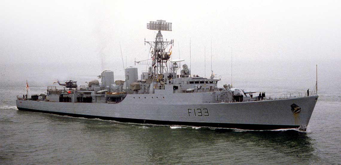 """Fregata HMS Tartar w 1983r., po zakończonej reaktywacji związanej z wojną o Faklandy/Malwiny. Rok później opuściła banderę Royal Navy i podniosła indonezyjską. Na lądowisku docelowy dla tej klasy okrętów śmigłowiec Westland Wasp HAS.1. Przed pomostem nawigacyjnym """"policyjne"""" 20 mm Oerlikony. Fot. kolekcja Leo van Ginderena"""