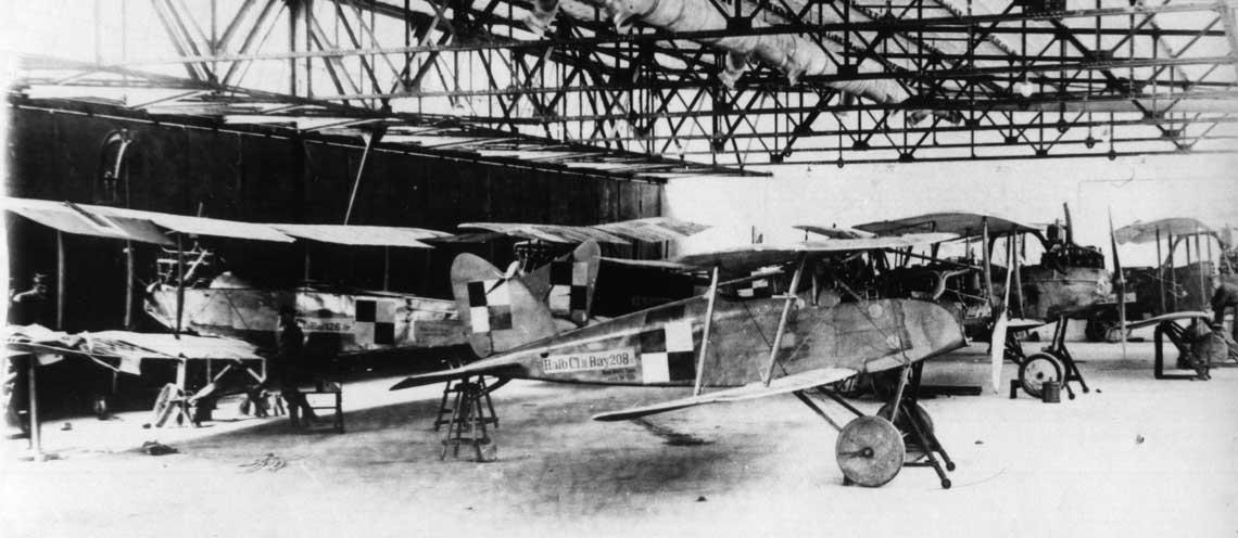 Halberstadt Cl.II nr Stacji Lotniczej Ławica 208/18 wewnątrz hangaru na lotnisku Ławica. Takie samoloty miała w swoim wyposażeniu 3. Wielkopolska Eskadra Lotnicza biorąca udział w końcowych walkach wojny polsko-ukraińskiej. W hangarze znajdują się jeszcze m.in. Albatros C.Ia nr SLŁ 126/17 oraz Albatros C.VII. Maszynami tego typu dysponowała wystawiona wWarszawie 3. Eskadra Lotnicza. Fot. ze zbiorów ks. Roberta Kulczyńskiego SDB