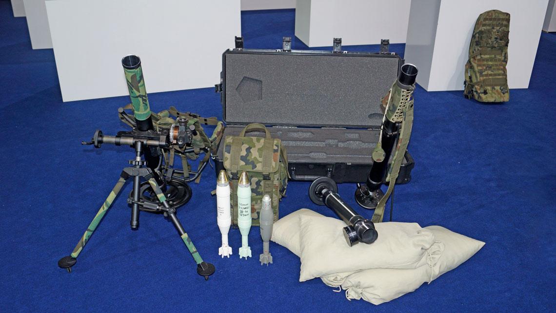 Moździerze ZM Tarnów S.A. i amunicja do nich wystawione na targach Pro Defence 2017 w Ostródzie, z lewej moździerz LM-60D z założonym celownikiem CM-60, także oferowanym Wojsku Polskiemu.