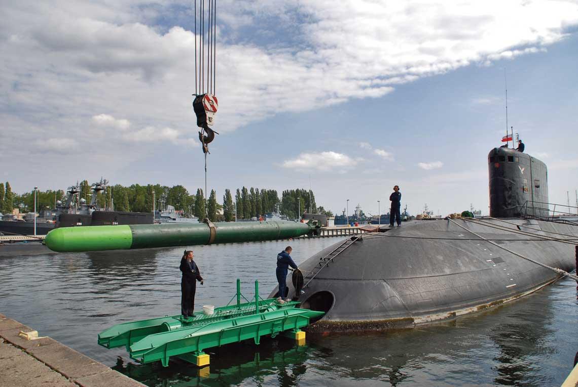Załadunek torpedy ćwiczebnej SET-53M na ORP Orzeł. Fot. archiwum ORP Orzeł