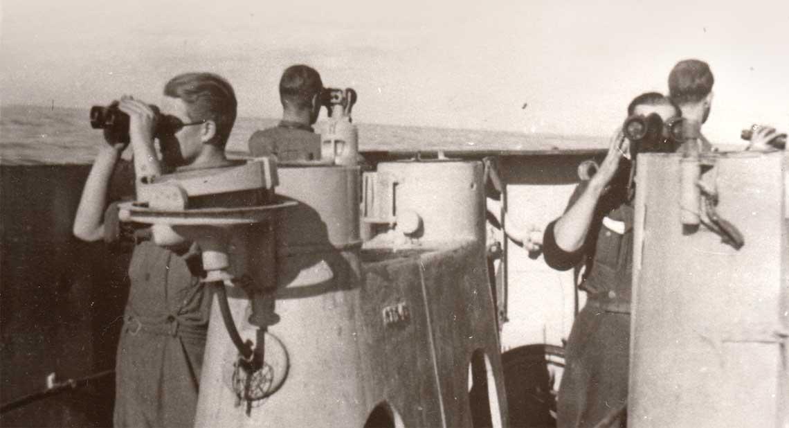 U67 na południowym Atlantyku. Obserwatorzy  przepatrują podzielony na cztery sektory horyzont  podczas ładnej pogody jesienią 1941r.