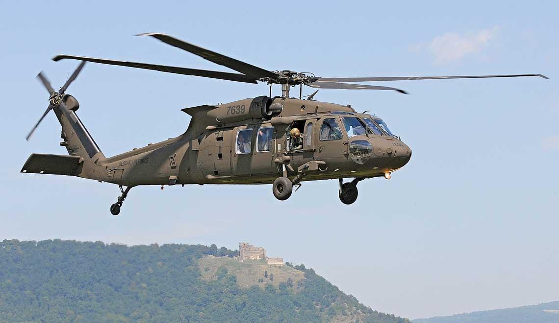 Pierwszy słowacki śmigłowiec Sikorsky UH-60M Black Hawk 15-27639 startuje do lotu z lotniska w Preszowie, w tle góra Zámčisko z ruinami zamku Kapuszany.